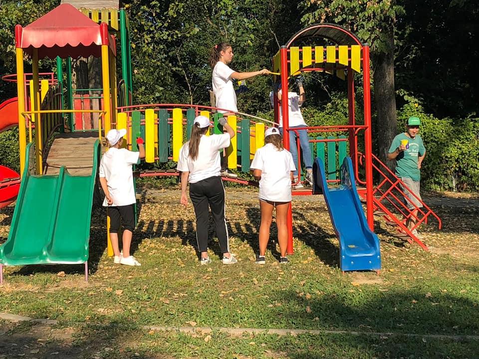 La Zoo Reșița locul de joacă a prins culoare și viață grație unor tineri voluntari din oraș (10)