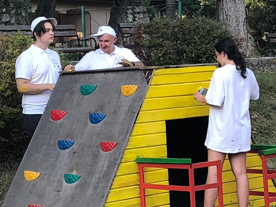 La Zoo Reșița locul de joacă a prins culoare și viață grație unor tineri voluntari din oraș (14)