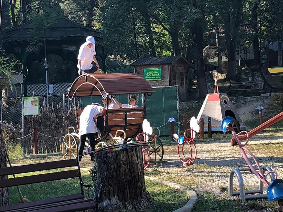 La Zoo Reșița locul de joacă a prins culoare și viață grație unor tineri voluntari din oraș (15)