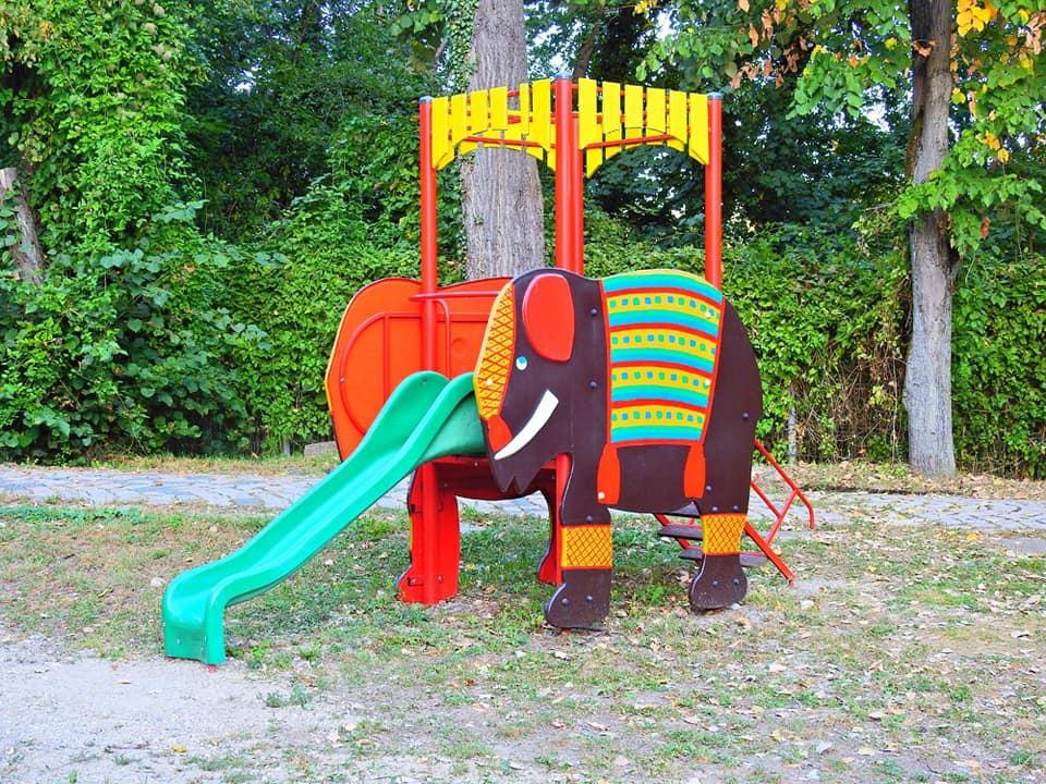 La Zoo Reșița locul de joacă a prins culoare și viață grație unor tineri voluntari din oraș (3)