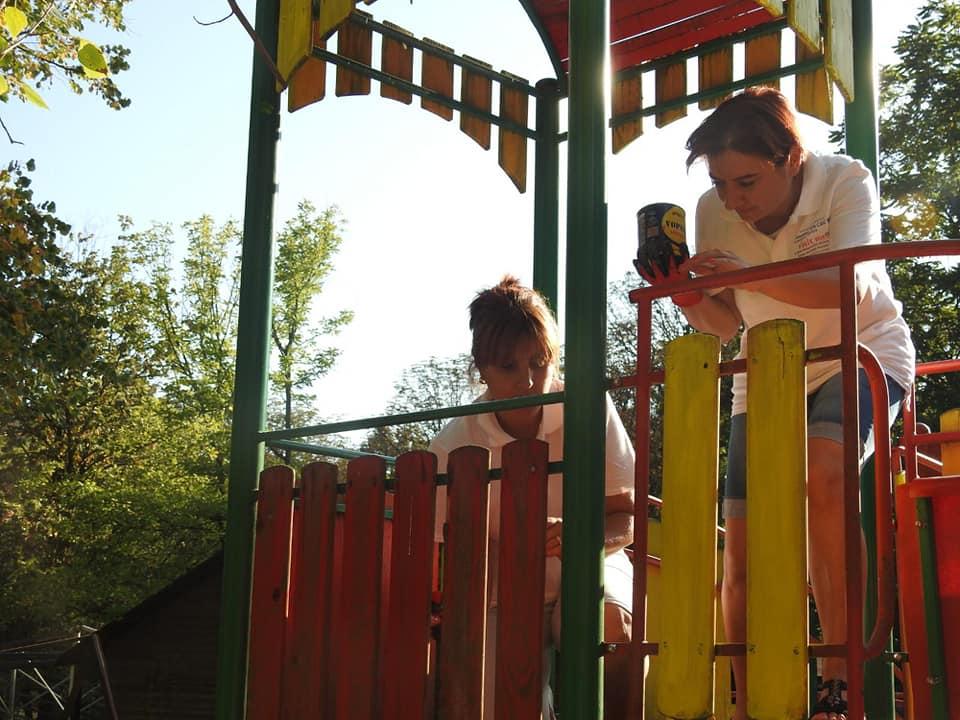 La Zoo Reșița locul de joacă a prins culoare și viață grație unor tineri voluntari din oraș (6)